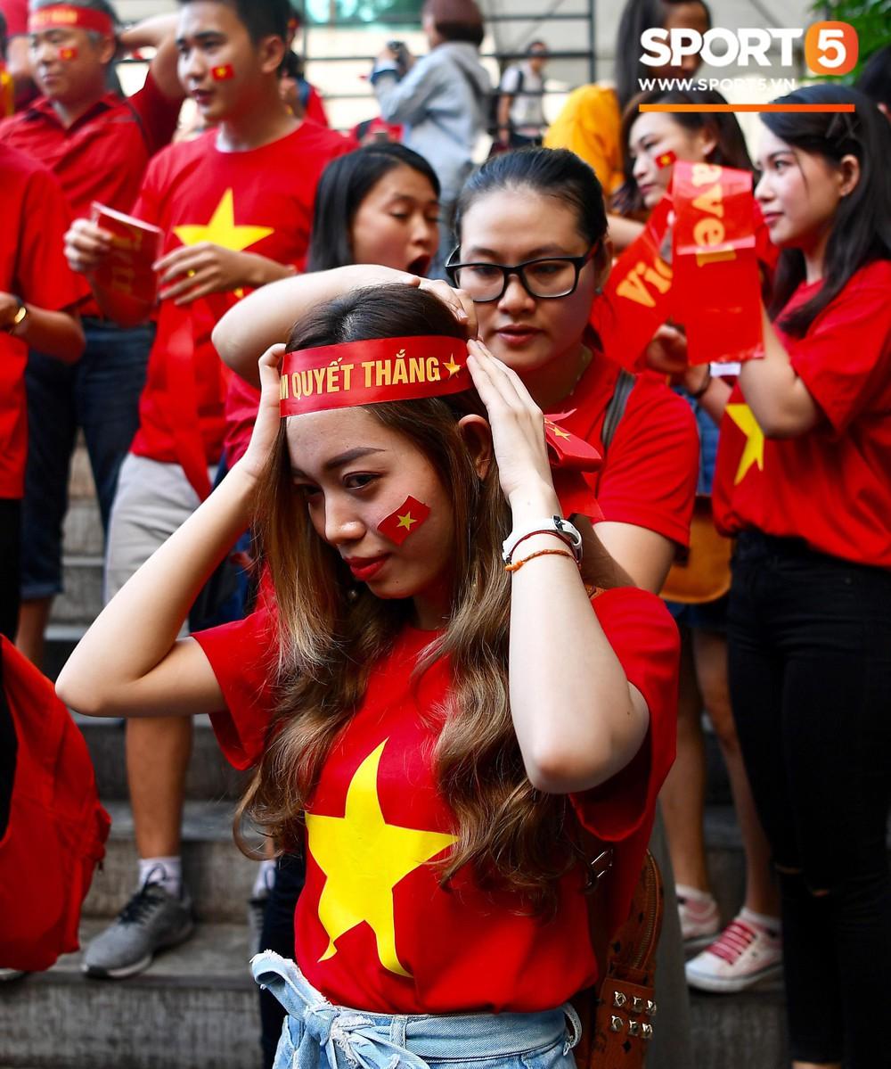 Hoàng thượng Hàn Quốc được fan girl Việt Nam chăm sóc nhiệt tình - Ảnh 9.