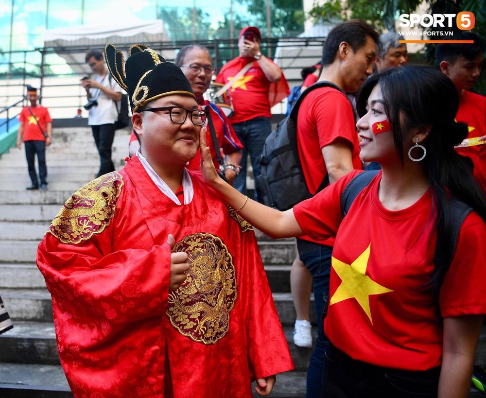 Hoàng thượng Hàn Quốc được fan girl Việt Nam chăm sóc nhiệt tình - Ảnh 4.