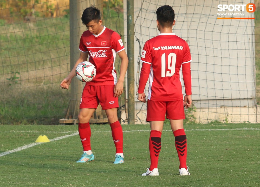 Quang Hải, Văn Đức phải tập riêng sau khi trở về từ lễ trao giải Quả bóng vàng Việt Nam 2018 - Ảnh 3.
