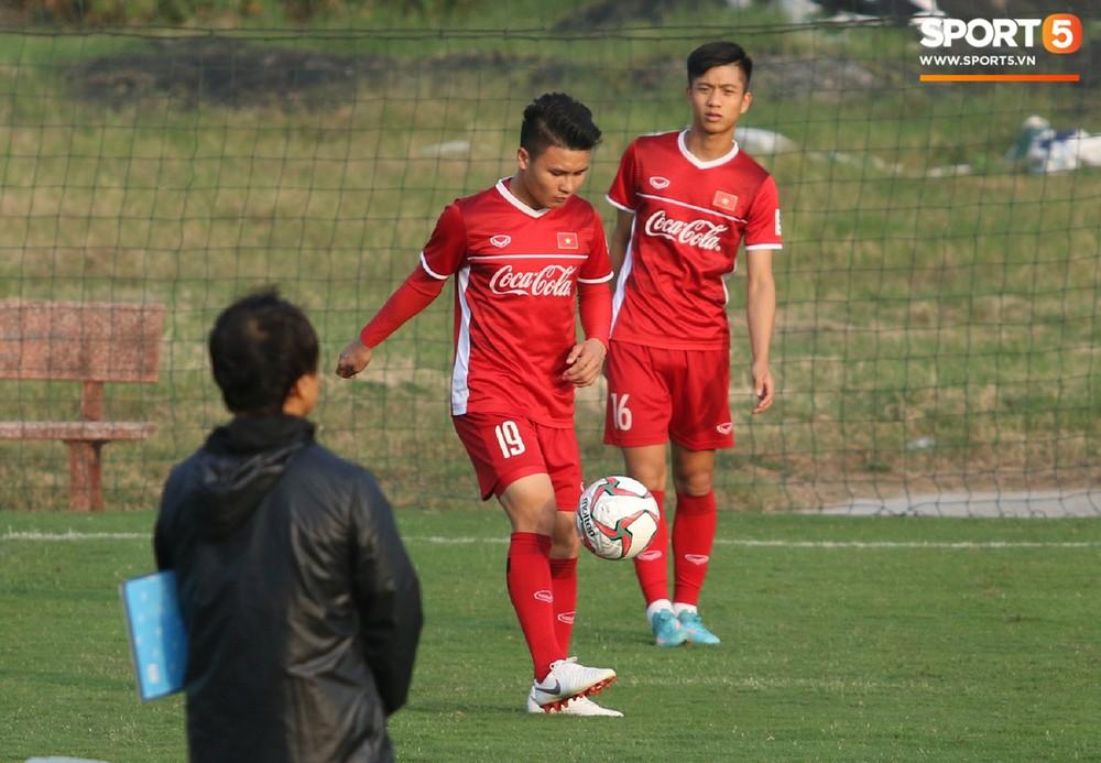 Quang Hải, Văn Đức phải tập riêng sau khi trở về từ lễ trao giải Quả bóng vàng Việt Nam 2018 - Ảnh 2.