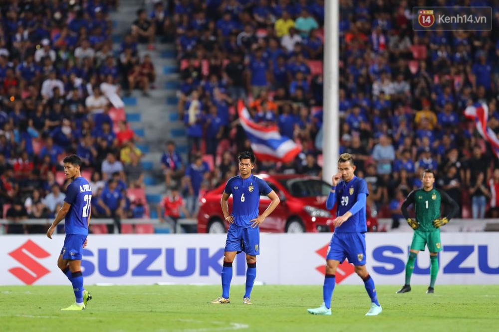 Cầu thủ Thái Lan suy sụp, đổ gục xuống sân sau thất bại đau đớn trước Malaysia - Ảnh 1.