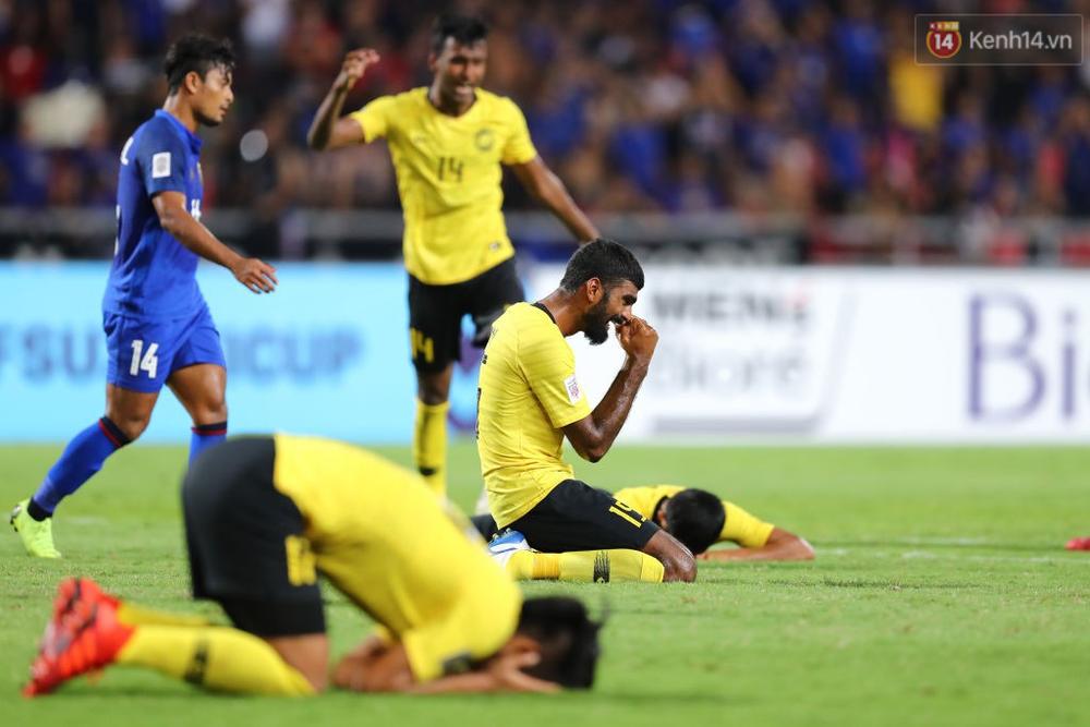 Cầu thủ Thái Lan suy sụp, đổ gục xuống sân sau thất bại đau đớn trước Malaysia - Ảnh 7.