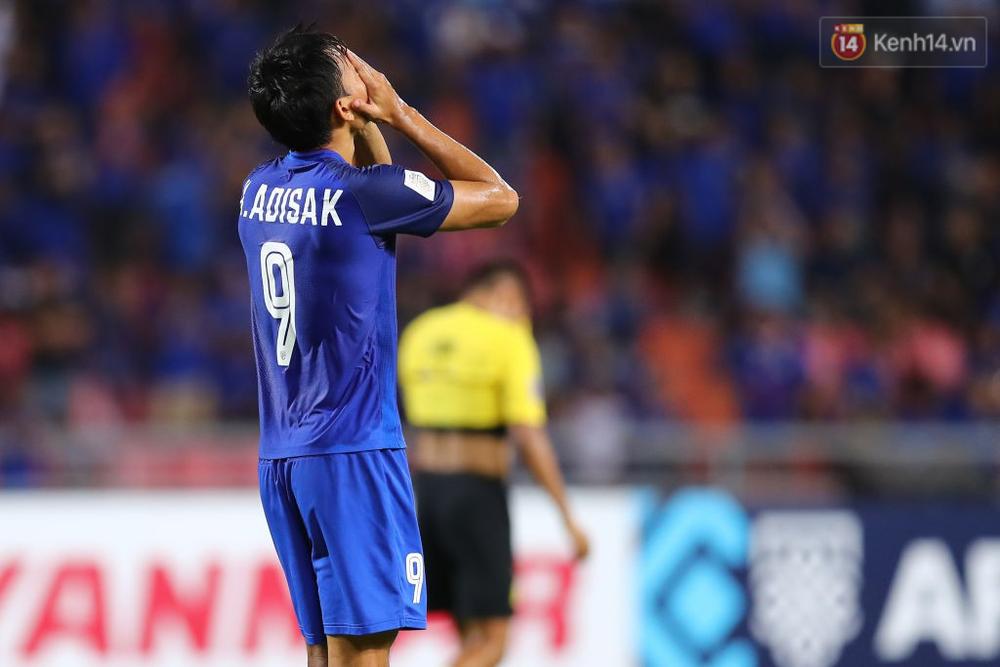 Cầu thủ Thái Lan suy sụp, đổ gục xuống sân sau thất bại đau đớn trước Malaysia - Ảnh 9.