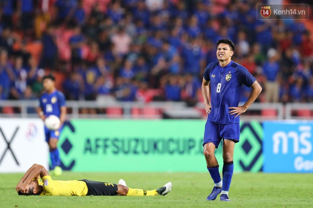 Cầu thủ Thái Lan suy sụp, đổ gục xuống sân sau thất bại đau đớn trước Malaysia - Ảnh 10.