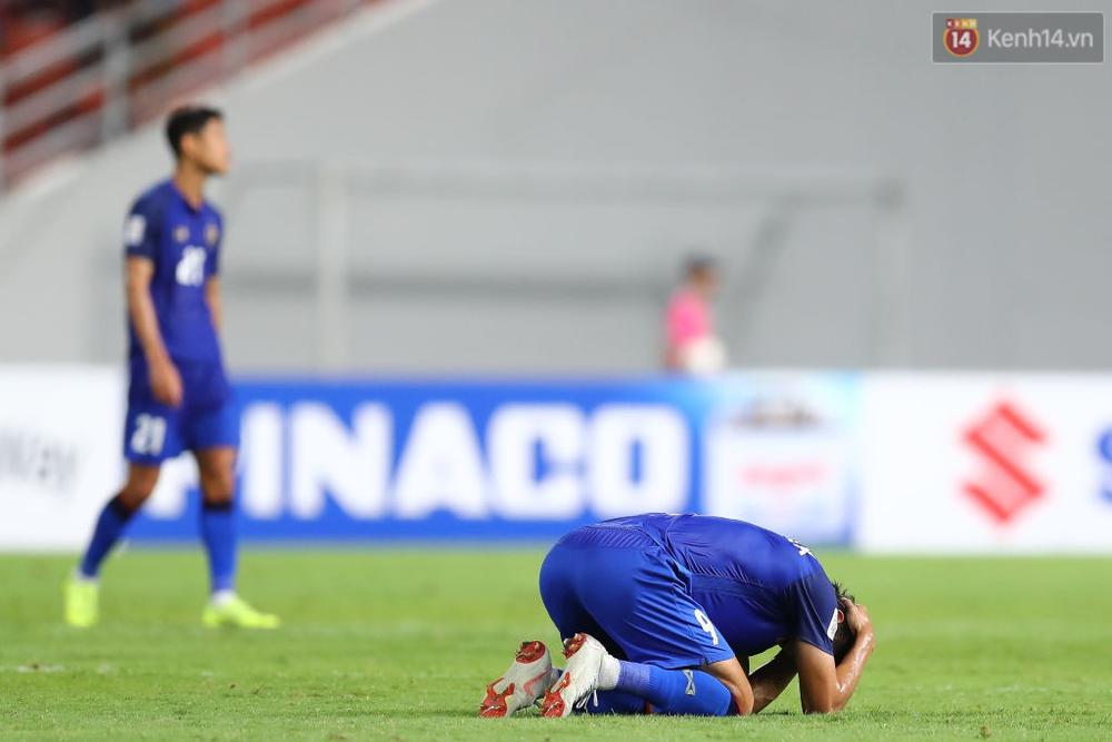 Cầu thủ Thái Lan suy sụp, đổ gục xuống sân sau thất bại đau đớn trước Malaysia - Ảnh 11.