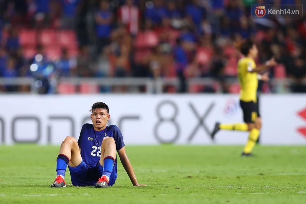Cầu thủ Thái Lan suy sụp, đổ gục xuống sân sau thất bại đau đớn trước Malaysia - Ảnh 14.