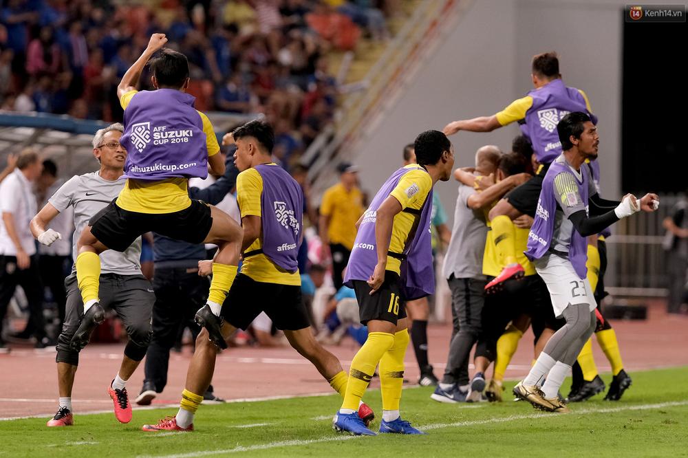Cầu thủ Thái Lan suy sụp, đổ gục xuống sân sau thất bại đau đớn trước Malaysia - Ảnh 8.