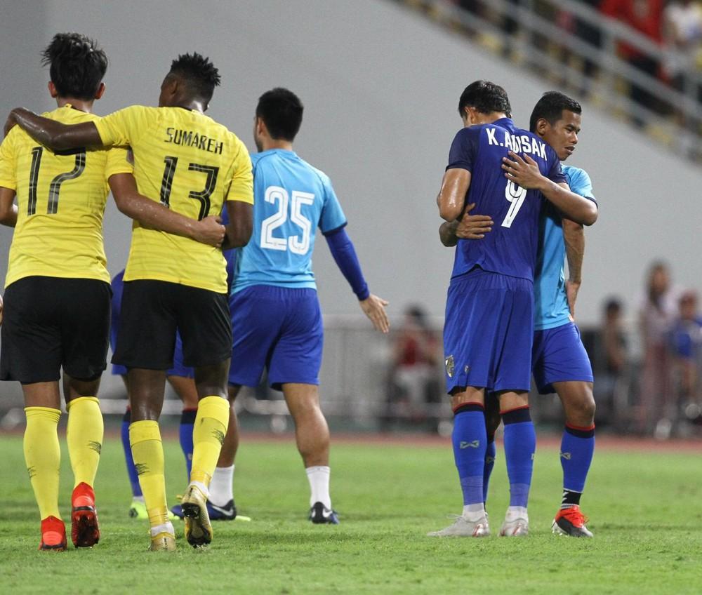 Cầu thủ Thái Lan suy sụp, đổ gục xuống sân sau thất bại đau đớn trước Malaysia - Ảnh 15.