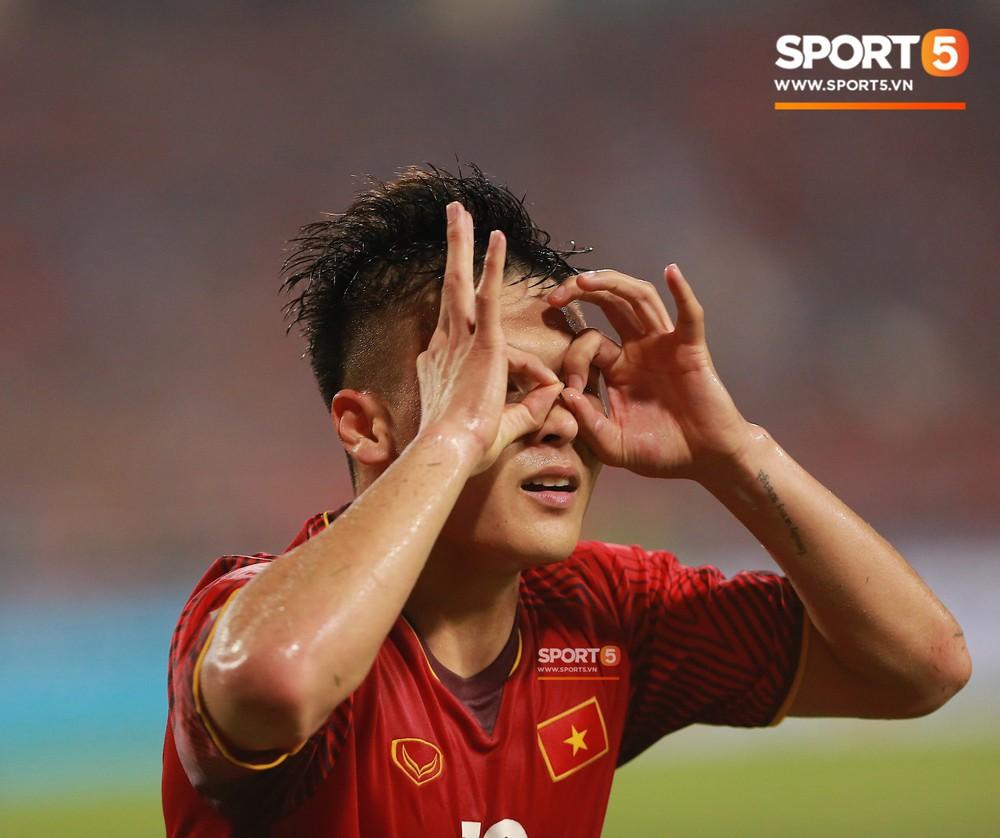 Quang Hải chạy đến ôm HLV Park Hang Seo đứng một mình ở khu huấn luyện - Ảnh 8.
