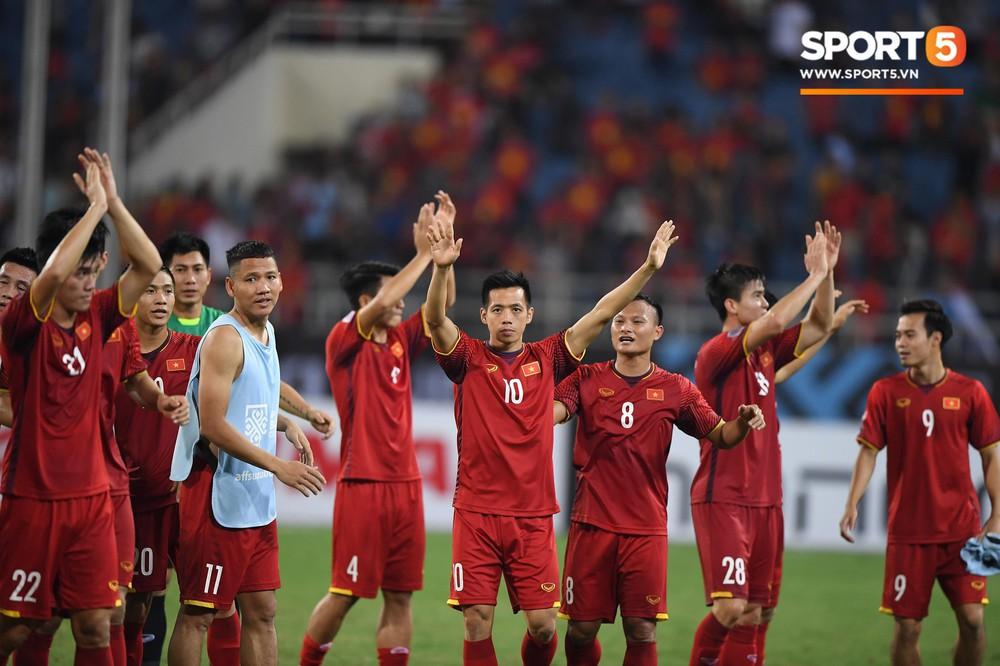 Quang Hải chạy đến ôm HLV Park Hang Seo đứng một mình ở khu huấn luyện - Ảnh 6.