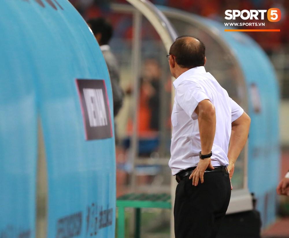 Quang Hải chạy đến ôm HLV Park Hang Seo đứng một mình ở khu huấn luyện - Ảnh 2.