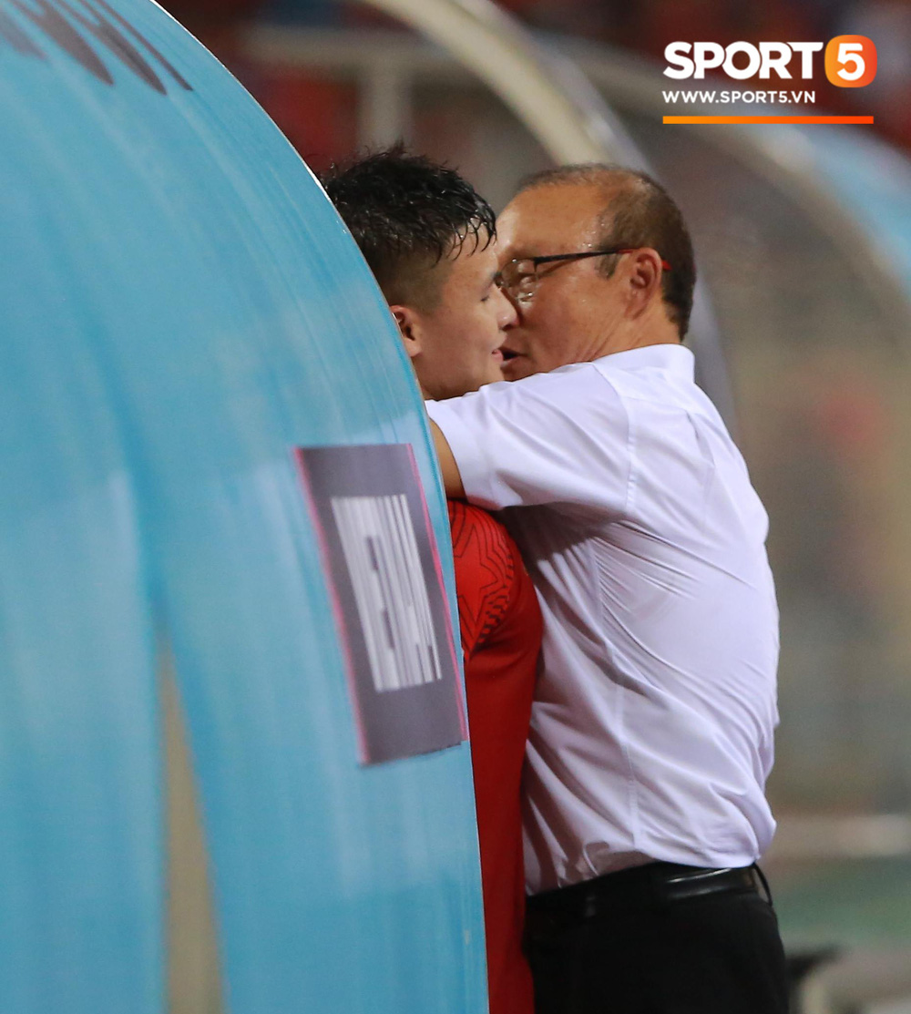 Quang Hải chạy đến ôm HLV Park Hang Seo đứng một mình ở khu huấn luyện - Ảnh 4.
