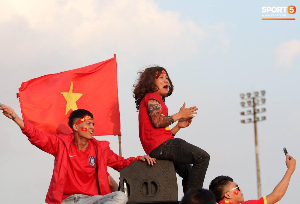 Cổ động viên đốt pháo sáng đỏ rực trời trước giờ xung trận của đội tuyển Việt Nam - Ảnh 2.
