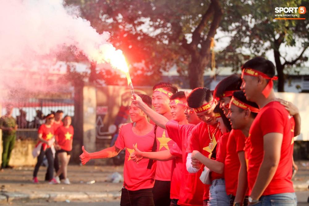 Cổ động viên đốt pháo sáng đỏ rực trời trước giờ xung trận của đội tuyển Việt Nam - Ảnh 7.
