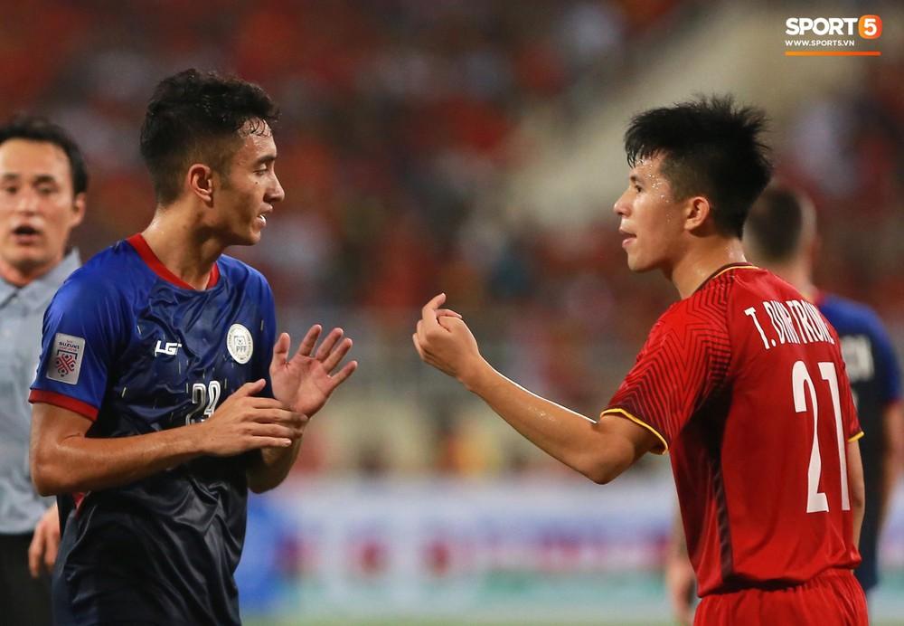 Trọng gắt chỉ thẳng mặt cầu thủ Philippines chơi xấu, bảo vệ em út Văn Hậu - Ảnh 6.
