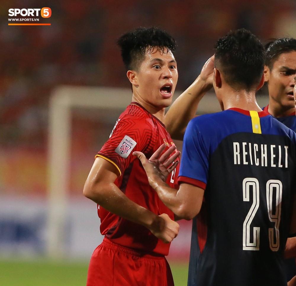 Trọng gắt chỉ thẳng mặt cầu thủ Philippines chơi xấu, bảo vệ em út Văn Hậu - Ảnh 4.