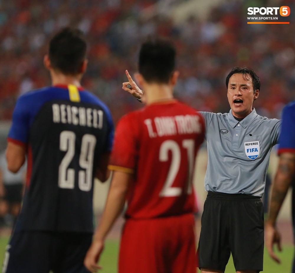 Trọng gắt chỉ thẳng mặt cầu thủ Philippines chơi xấu, bảo vệ em út Văn Hậu - Ảnh 5.