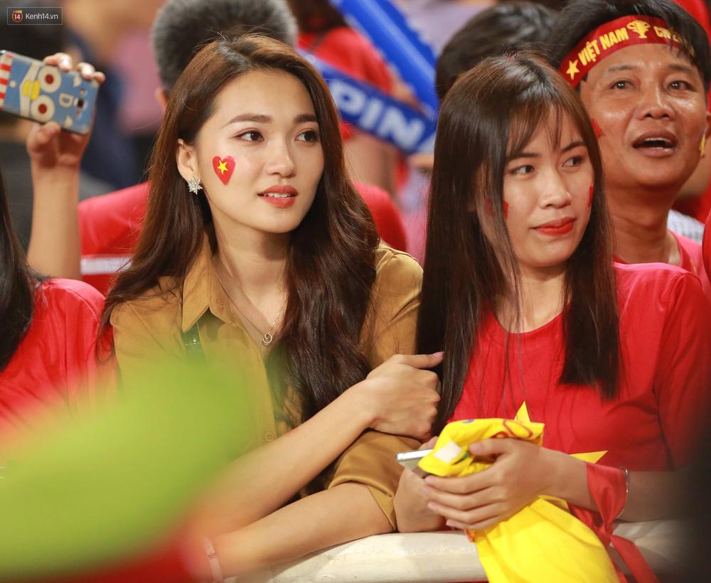 Tuyển Việt Nam thắng trận, hot girl Ngọc Nữ vẫy tay chào bạn trai tin đồn Văn Đức từ khán đài - Ảnh 3.