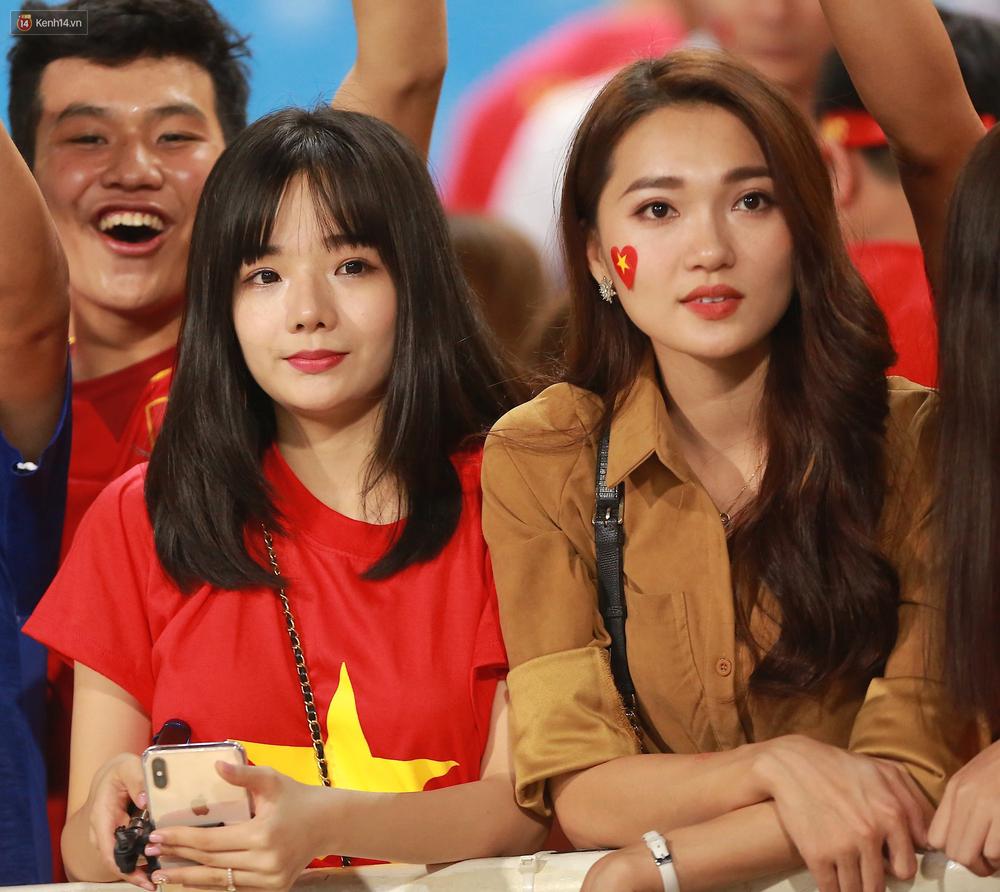 Tuyển Việt Nam thắng trận, hot girl Ngọc Nữ vẫy tay chào bạn trai tin đồn Văn Đức từ khán đài - Ảnh 5.