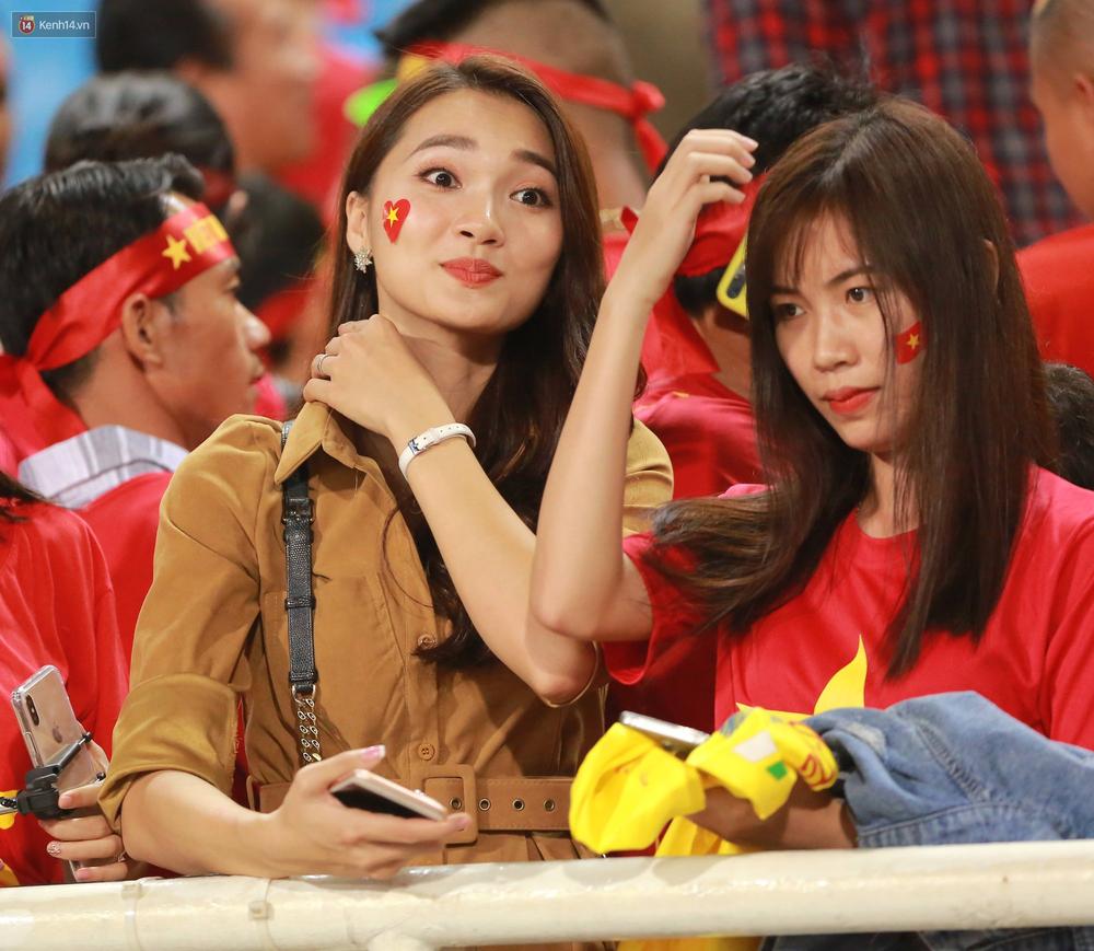 Tuyển Việt Nam thắng trận, hot girl Ngọc Nữ vẫy tay chào bạn trai tin đồn Văn Đức từ khán đài - Ảnh 4.