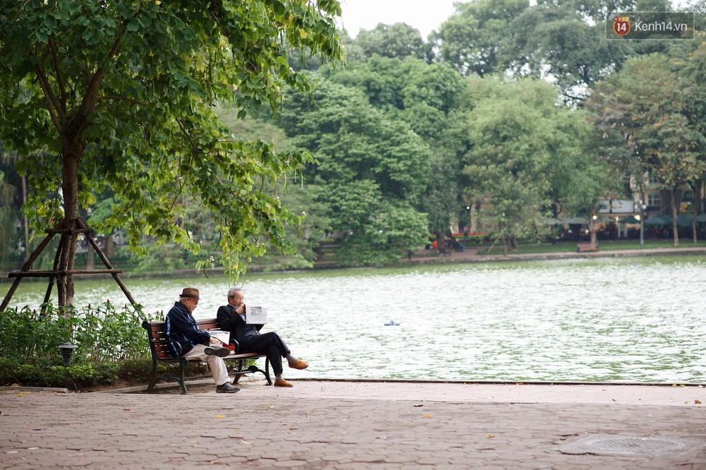 Nhiệt độ giảm sốc, Hà Nội rét đậm 15 độ: Mùa hè bất tận của năm 2018 đã kết thúc thật chứ? - Ảnh 1.