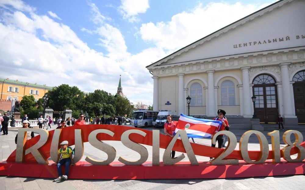 Fan thế giới tạo ra bầu không khí lễ hội ở Nga trong ngày khai mạc World Cup 2018 - Ảnh 1.