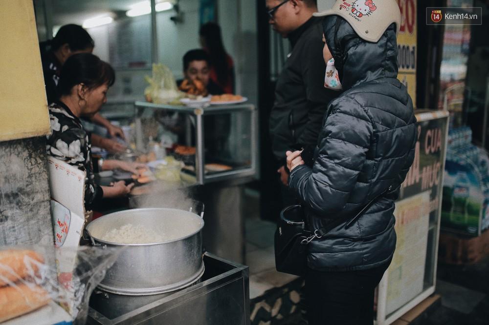 Sáng Hà Nội ăn được gói xôi nghi ngút khói, thấy rét mướt thế này cũng đáng thôi! - Ảnh 11.