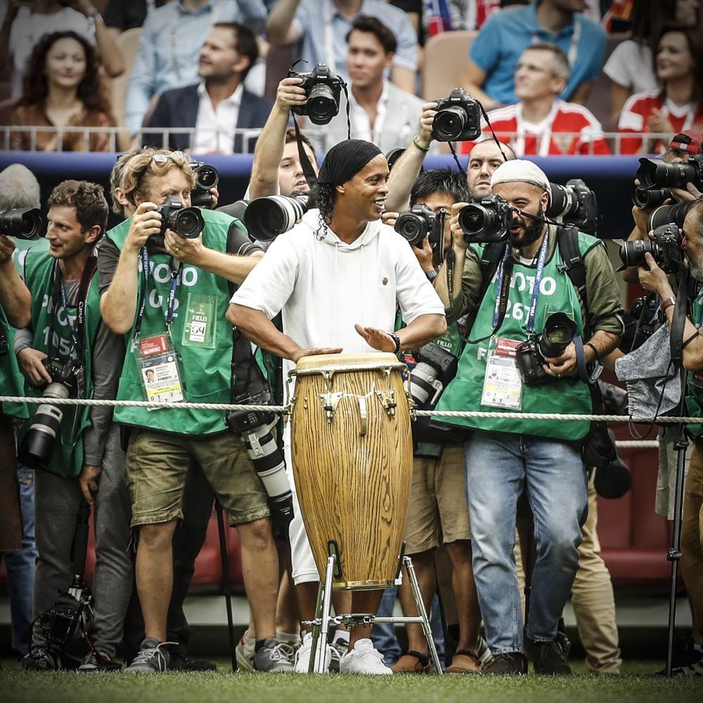 Lahm đá cặp với siêu mẫu nhưng Ronaldinho mới gây chú ý nhất lễ bế mạc World Cup 2018 - Ảnh 8.