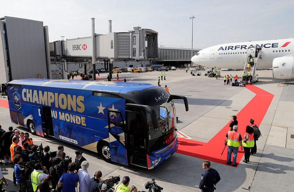 Tuyển Pháp mang cúp vàng trở về, 500.000 fan xuống đường chào đón như ngày hội - Ảnh 3.