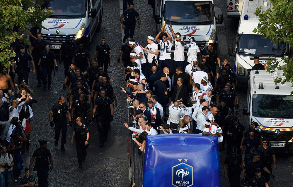 Tuyển Pháp mang cúp vàng trở về, 500.000 fan xuống đường chào đón như ngày hội - Ảnh 10.