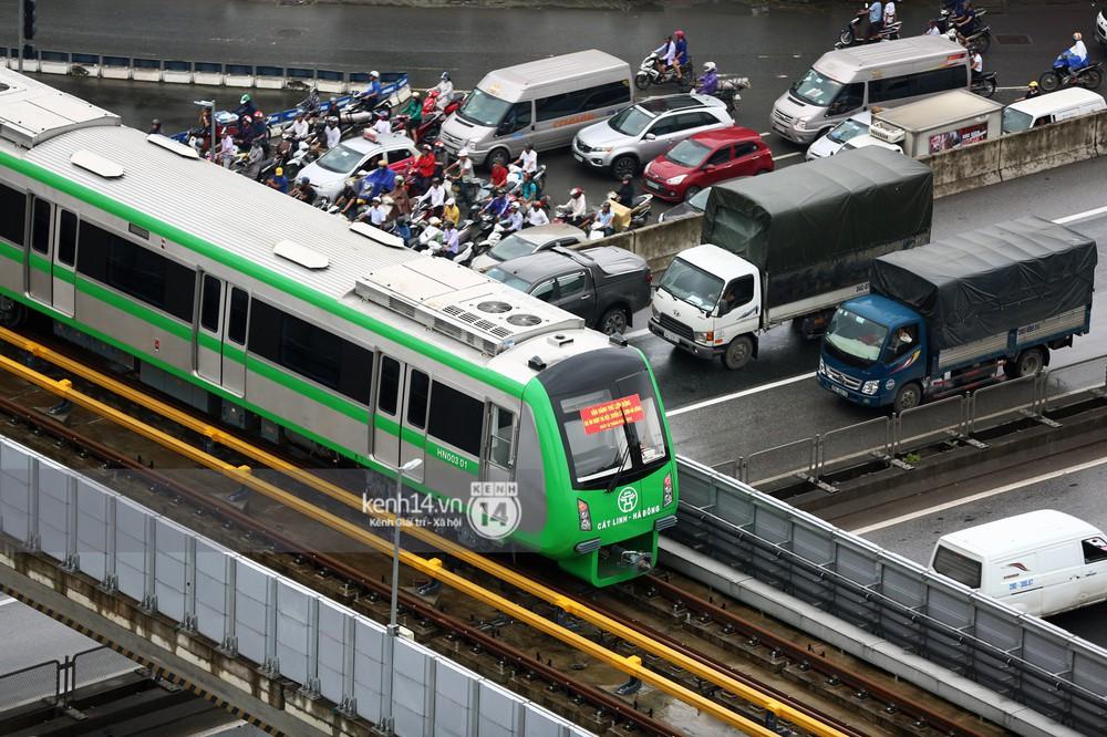 Ảnh, clip: 4 đoàn tàu đường sắt trên cao bất ngờ di chuyển trong mưa trước ngày chạy thử - Ảnh 10.