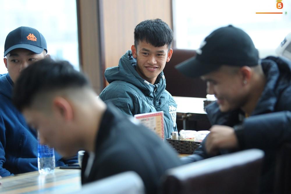 Xúc động hình ảnh bố mẹ Đình Trọng chăm chú nhìn con trai bước ra máy bay sang Hàn Quốc - Ảnh 11.