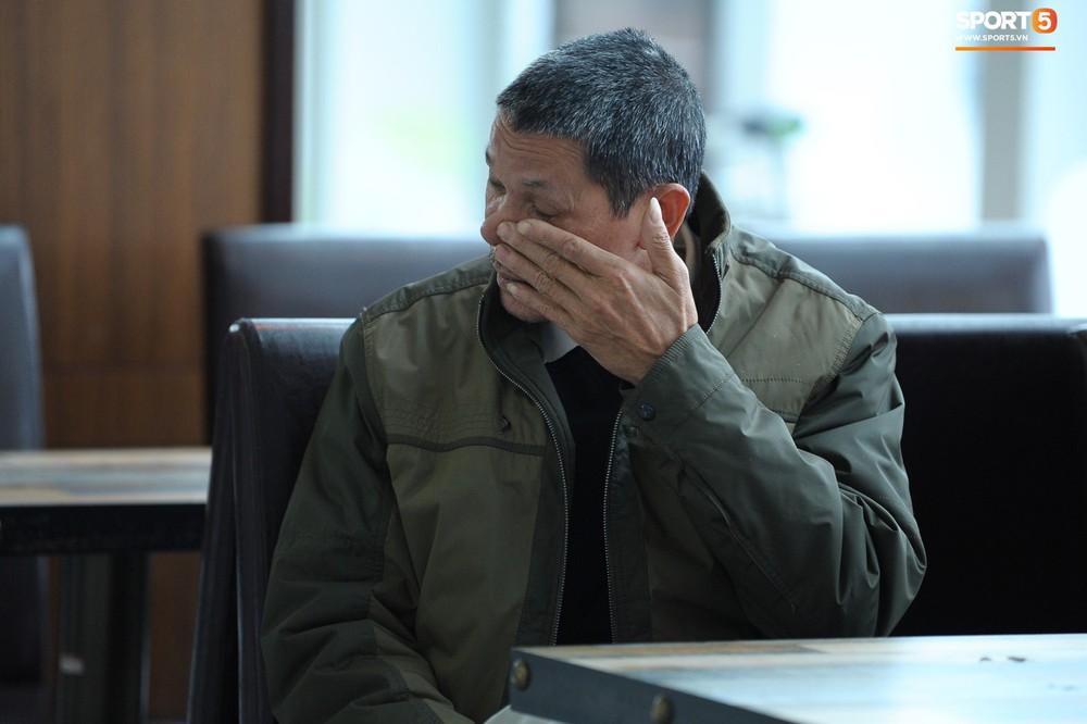 Xúc động hình ảnh bố mẹ Đình Trọng chăm chú nhìn con trai bước ra máy bay sang Hàn Quốc - Ảnh 4.