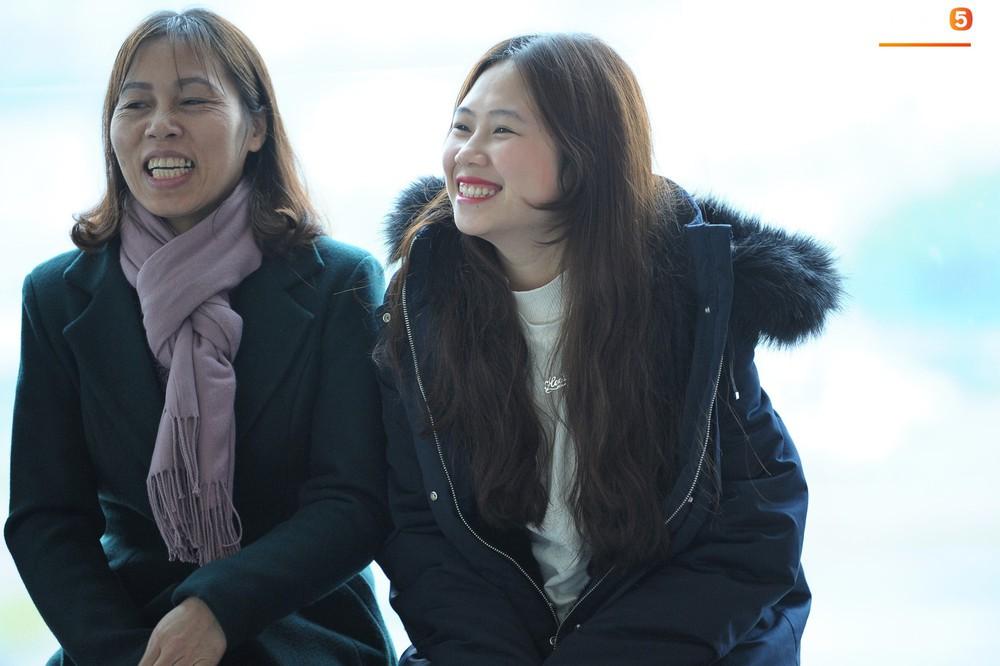 Xúc động hình ảnh bố mẹ Đình Trọng chăm chú nhìn con trai bước ra máy bay sang Hàn Quốc - Ảnh 7.
