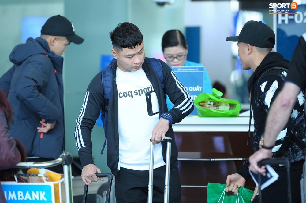 Xúc động hình ảnh bố mẹ Đình Trọng chăm chú nhìn con trai bước ra máy bay sang Hàn Quốc - Ảnh 8.
