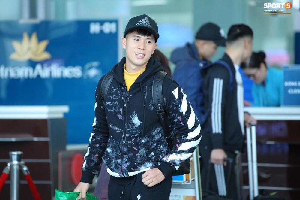 Xúc động hình ảnh bố mẹ Đình Trọng chăm chú nhìn con trai bước ra máy bay sang Hàn Quốc - Ảnh 2.