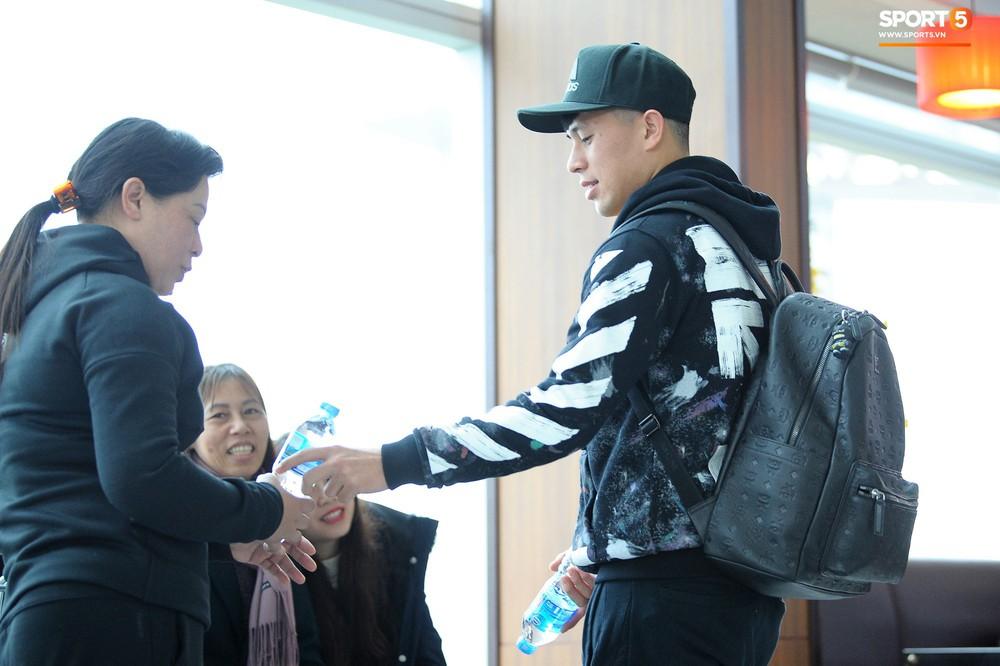 Xúc động hình ảnh bố mẹ Đình Trọng chăm chú nhìn con trai bước ra máy bay sang Hàn Quốc - Ảnh 6.