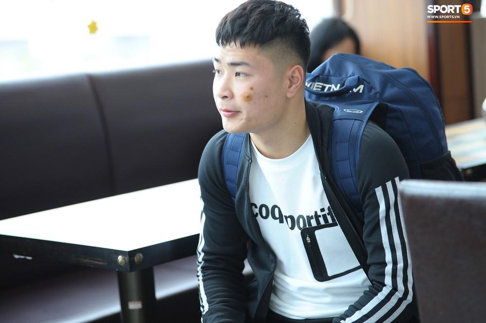 Xúc động hình ảnh bố mẹ Đình Trọng chăm chú nhìn con trai bước ra máy bay sang Hàn Quốc - Ảnh 9.