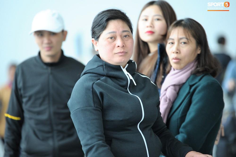 Xúc động hình ảnh bố mẹ Đình Trọng chăm chú nhìn con trai bước ra máy bay sang Hàn Quốc - Ảnh 14.