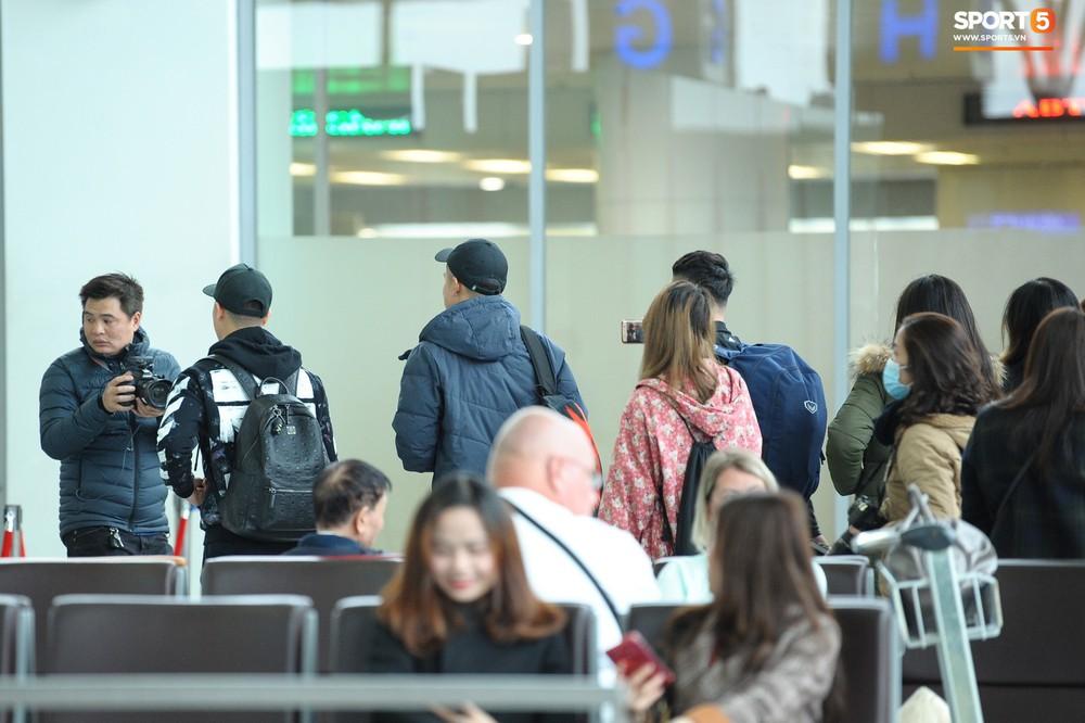 Xúc động hình ảnh bố mẹ Đình Trọng chăm chú nhìn con trai bước ra máy bay sang Hàn Quốc - Ảnh 15.
