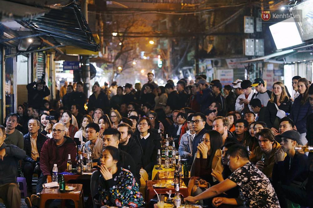 120 phút khó quên: Những cảm xúc từ hụt hẫng, thót tim đến vỡ òa hạnh phúc của người hâm mộ trong trận thắng lịch sử của ĐT Việt Nam - Ảnh 1.