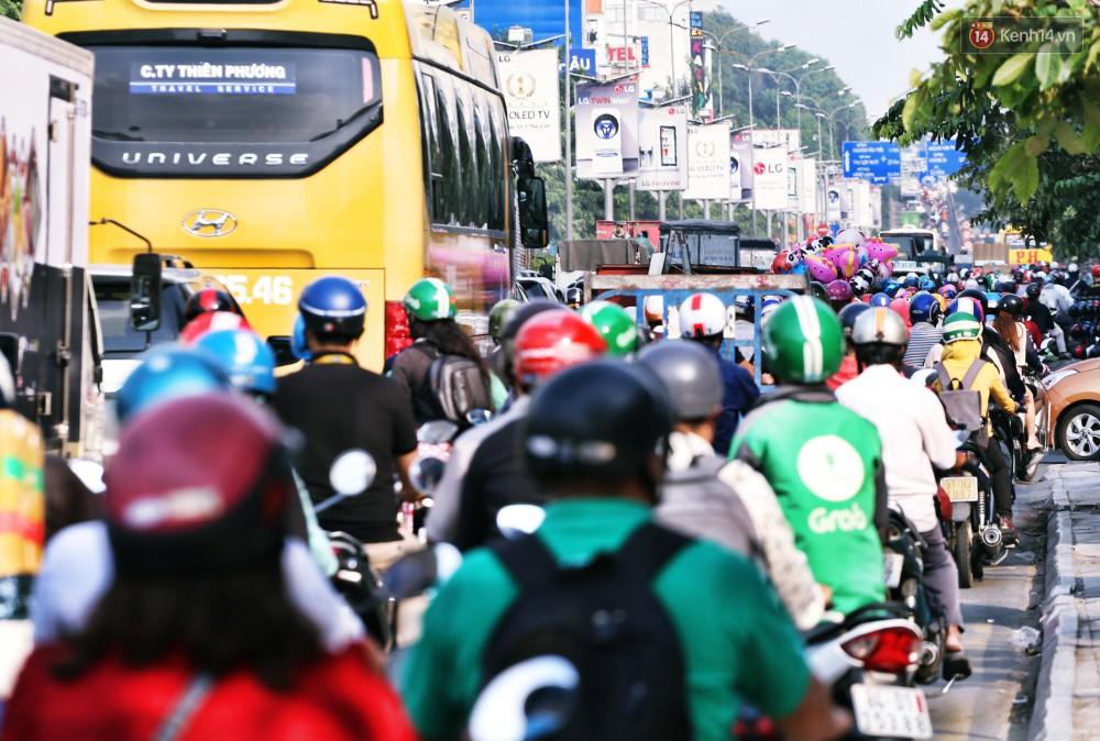 Nỗi ám ảnh của người Sài Gòn những ngày cận Tết: Rừng xe đông nghẹt trên nhiều tuyến đường trung tâm từ trưa đến tối - Ảnh 4.