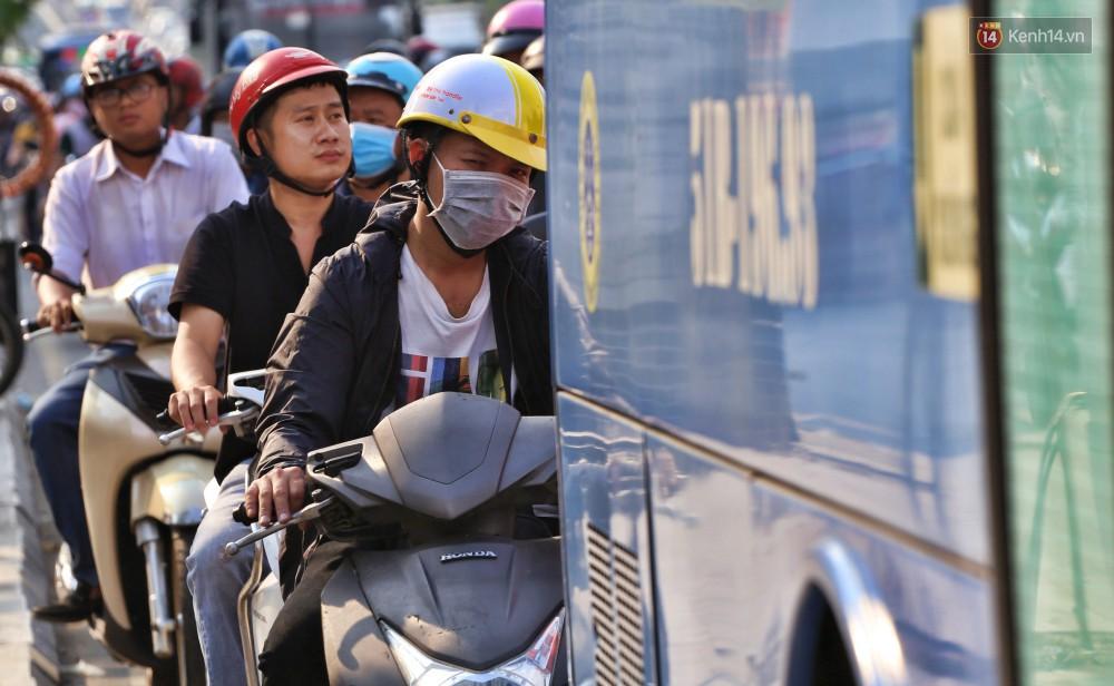 Nỗi ám ảnh của người Sài Gòn những ngày cận Tết: Rừng xe đông nghẹt trên nhiều tuyến đường trung tâm từ trưa đến tối - Ảnh 5.