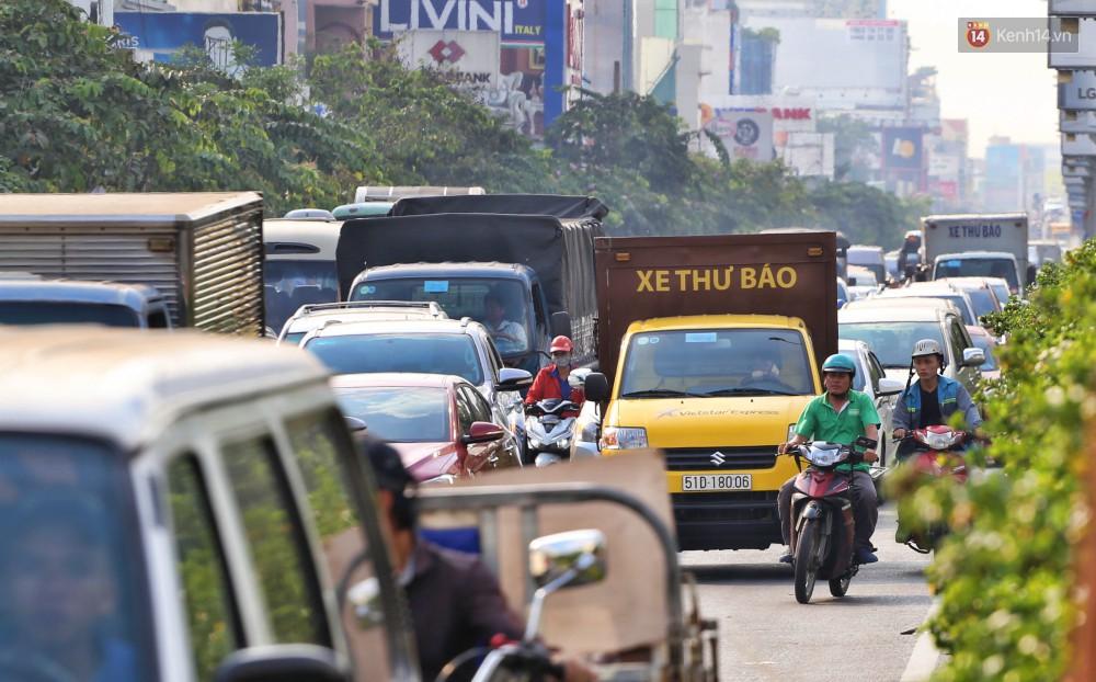 Nỗi ám ảnh của người Sài Gòn những ngày cận Tết: Rừng xe đông nghẹt trên nhiều tuyến đường trung tâm từ trưa đến tối - Ảnh 7.