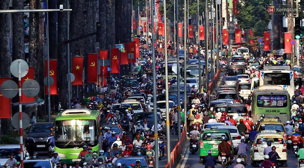 Nỗi ám ảnh của người Sài Gòn những ngày cận Tết: Rừng xe đông nghẹt trên nhiều tuyến đường trung tâm từ trưa đến tối - Ảnh 8.