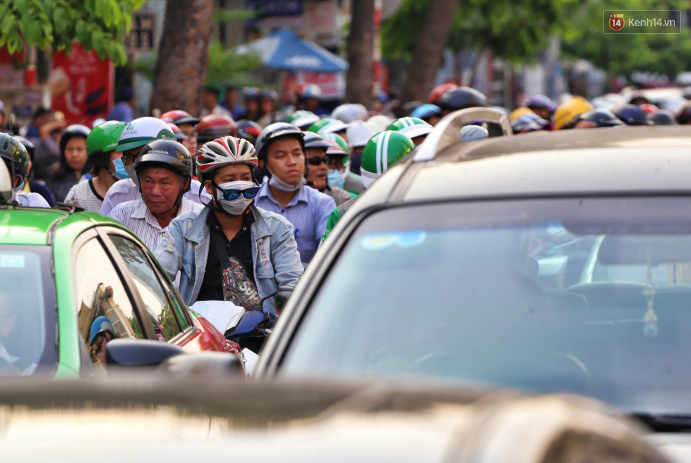 Nỗi ám ảnh của người Sài Gòn những ngày cận Tết: Rừng xe đông nghẹt trên nhiều tuyến đường trung tâm từ trưa đến tối - Ảnh 13.