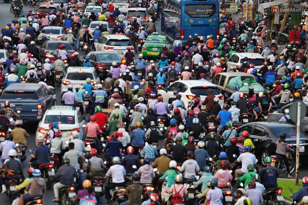 Nỗi ám ảnh của người Sài Gòn những ngày cận Tết: Rừng xe đông nghẹt trên nhiều tuyến đường trung tâm từ trưa đến tối - Ảnh 3.