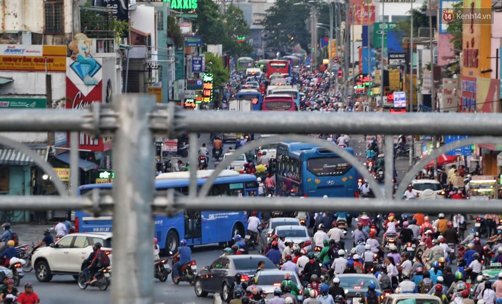 Nỗi ám ảnh của người Sài Gòn những ngày cận Tết: Rừng xe đông nghẹt trên nhiều tuyến đường trung tâm từ trưa đến tối - Ảnh 2.