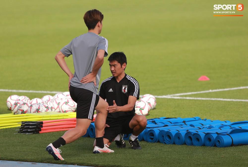 Nữ trợ lý đặc biệt trên sân tập của tuyển Nhật Bản - Ảnh 7.