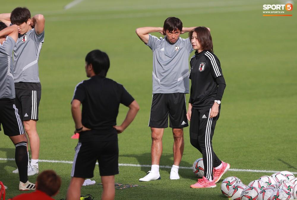 Nữ trợ lý đặc biệt trên sân tập của tuyển Nhật Bản - Ảnh 5.